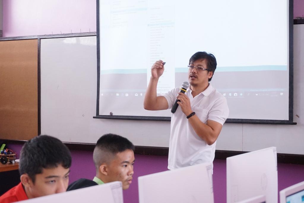 """28-29 ก.ค. 62 จันทบุรี: MicroBrain Academy <ไมโครเบรน> ร่วมเป็นวิทยากร อบรมเชิงปฏิบัติการการเขียนโปรแกรมระบบสมองกลฝังตัว และ Internet of Things (IoT) เบื้องต้น  เพื่อประยุกต์การสร้าง Smart Robot กับน้องๆ โรงเรียนท่าใหม่""""พูลสวัสดิ์ราษฎร์นุกูล"""" จ.จันทบุรี"""