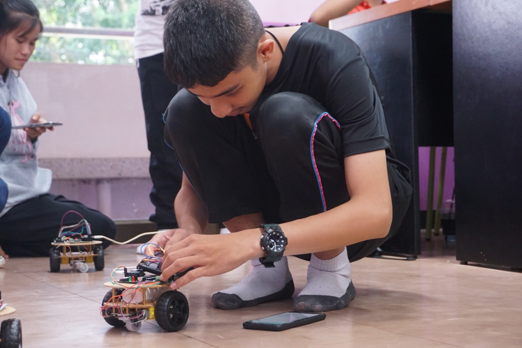 """28-29 ก.ค. 62 อบรมเชิงปฏิบัติการการเขียนโปรแกรมระบบสมองกลฝังตัว และ Internet of Things (IoT) เบื้องต้น  เพื่อประยุกต์การสร้าง Smart Robot กับน้องๆ โรงเรียนท่าใหม่""""พูลสวัสดิ์ราษฎร์นุกูล"""" จ.จันทบุรี"""